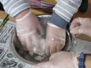 白玉粉を手で練っている写真
